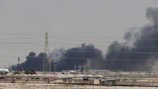 Dym z ataku dronów na obiekty Saudi Aramco w Abkaiku - Sputnik Polska
