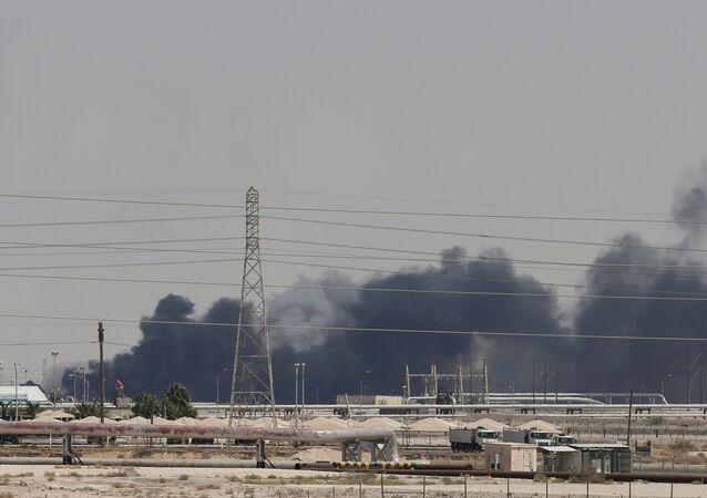 Dym z ataku dronów na obiekty Saudi Aramco w Abkaiku