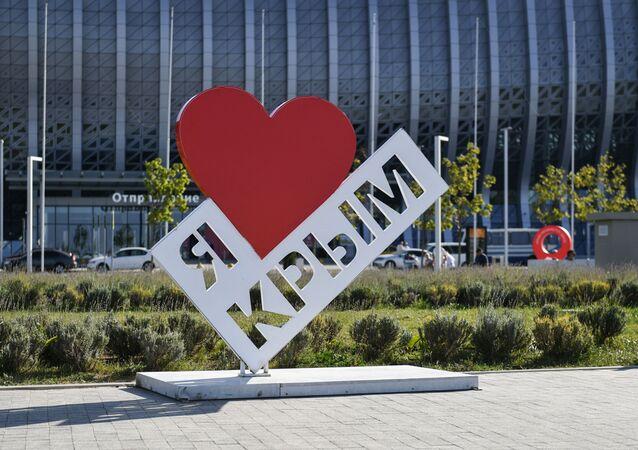 Stella Kocham Krym przed budynkiem lotniska im. Ajwazowskiego w Sуmferopolu
