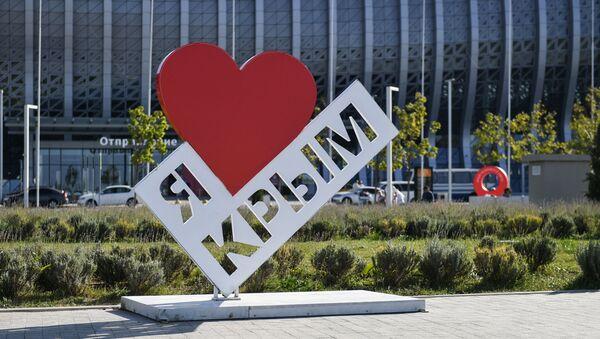 Stella Kocham Krym przed budynkiem lotniska im. Ajwazowskiego w Sуmferopolu - Sputnik Polska