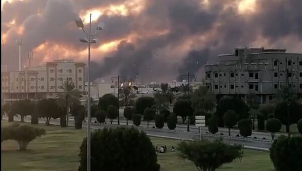 Dym w wyniku ataku drona na obiekty Saudi Aramco дрона на объекты Saudi Aramco w Buqayq - Sputnik Polska