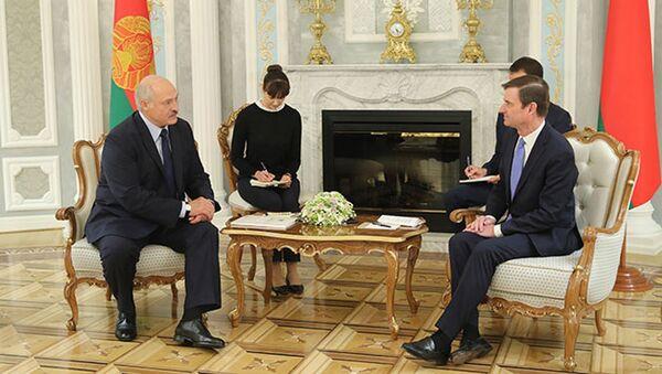 Prezydent Białorusi Alaksandr Łukaszenka i zastępca sekretarza stanu USA do spraw politycznych David Hale na spotkaniu w Mińsku - Sputnik Polska
