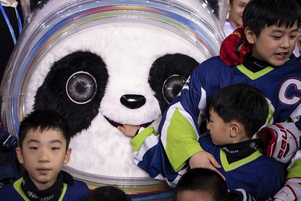 Dzieci fotografują się z oficjalną maskotką igrzysk olimpijskich 2022 i paraolimpijskich w Pekinie