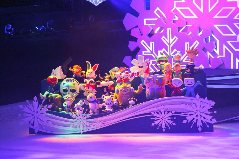 Maskotki z poprzednich lat podczas prezentacji maskoti igrzysk olimpijskich i paraolimpijskich 2022 w Pekinie