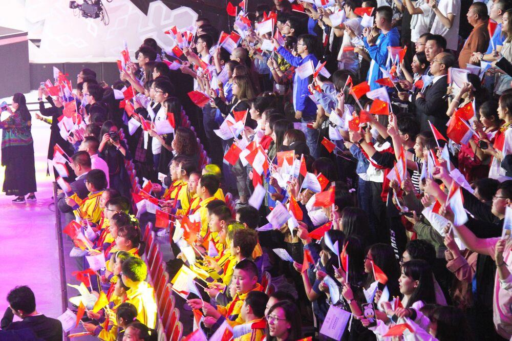 Widzowie na prezentacji oficjalnych maskotek igrzysk olimpijskich i paraolimpijskich w Pekinie