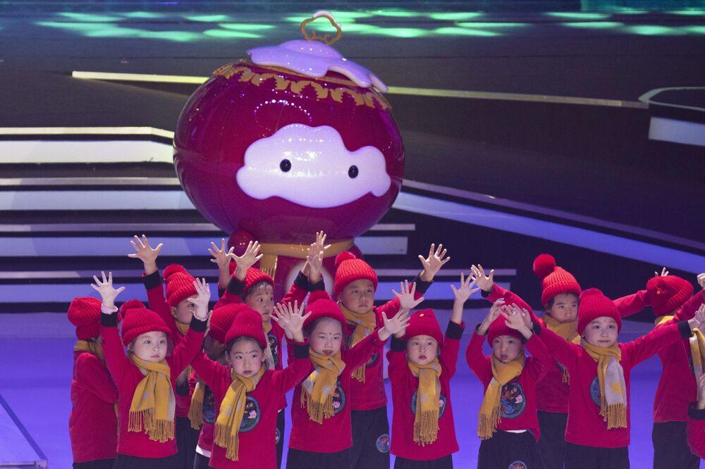 Występ dzieci podczas prezentacji oficjalnych maskotek igrzysk olimpijskich i paraolimpijskich 2022 w Pekinie