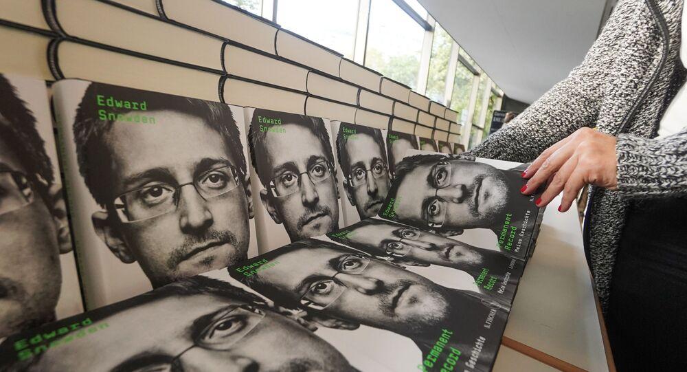 """Sprzedaż książki byłego oficera wywiadu Edwarda Snowdena """"Permanent Record"""""""