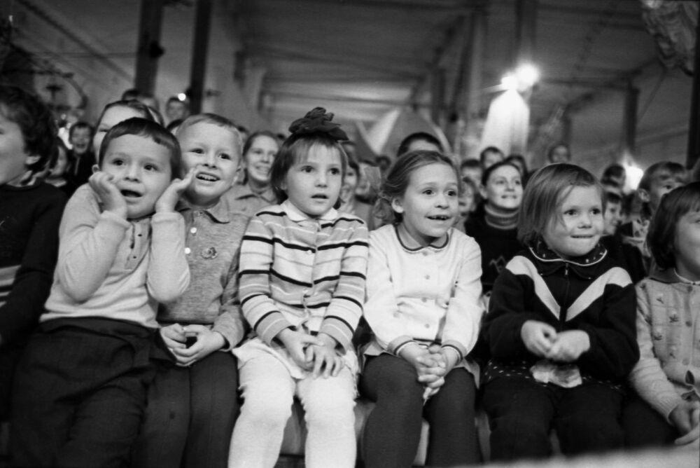 Dzieci podczas przedstawienia, 1969 rok