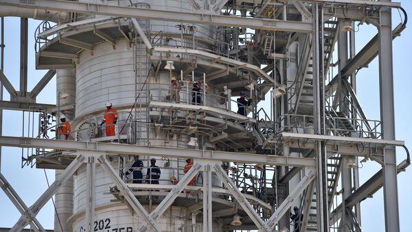 Uszkodzona instalacja w rafinerii w Khurais, w Arabii Saudyjskiej - Sputnik Polska