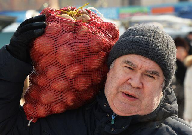 Mężczyzna z workiem ziemniaków