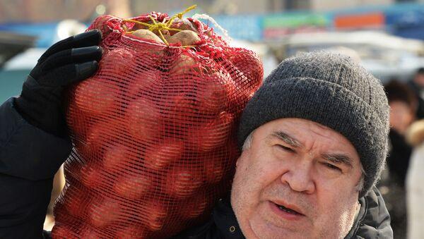 Mężczyzna z workiem ziemniaków - Sputnik Polska