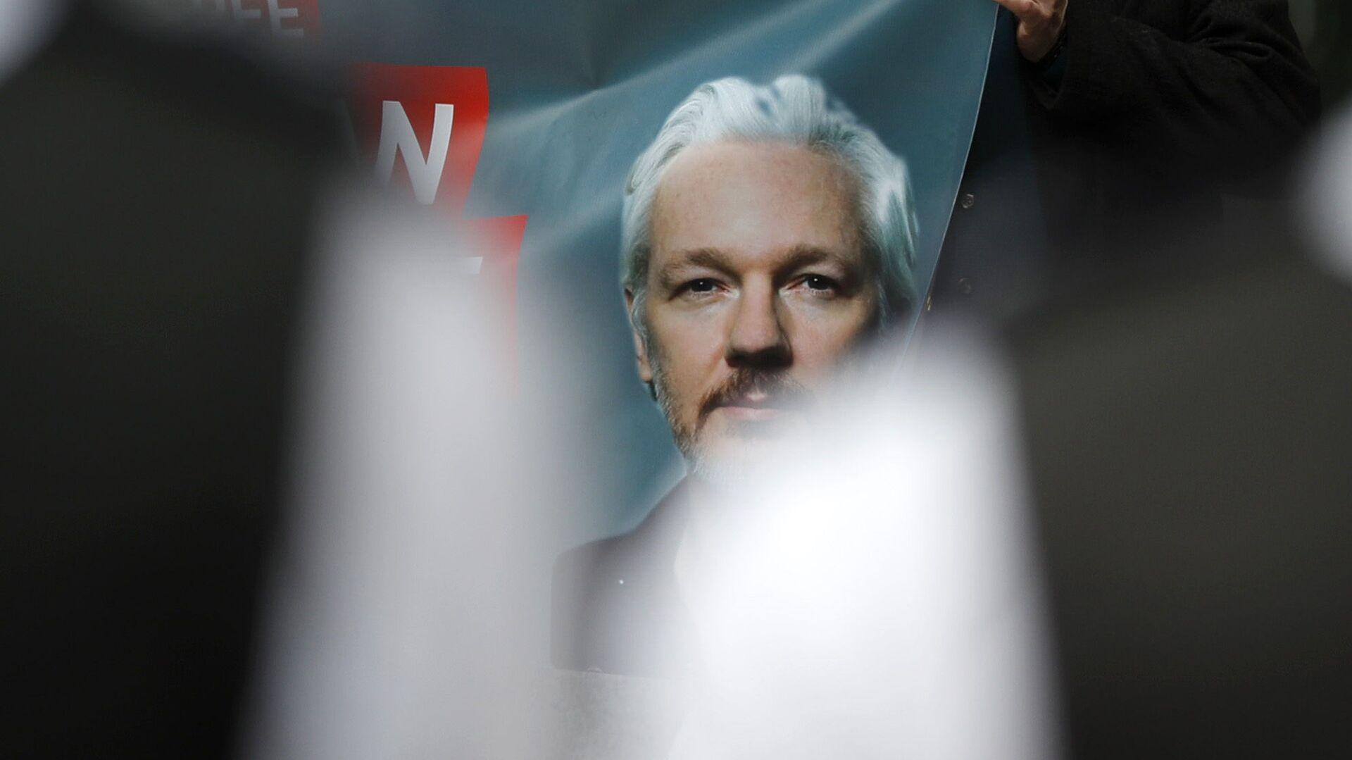 Plakat z podobizną założyciela WikiLeaks Juliana Assange'a - Sputnik Polska, 1920, 26.06.2021