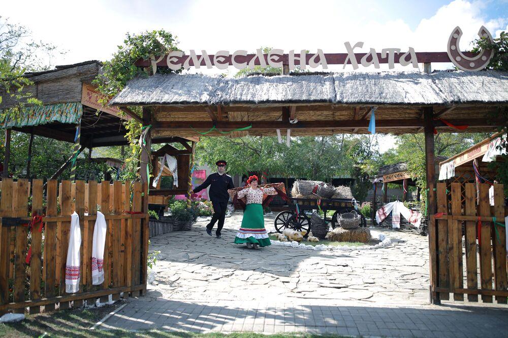 """Uczestnicy festiwalu """"Chwała Kozacka"""" na terytorium kompleksu etnograficznego """"Ataman"""" w Kraju Krasnodarskim"""