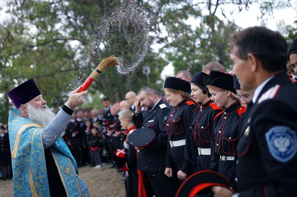 """Ceremonia pod pomnikiem Kozaków podczas festiwalu tradycyjnej kultury ludowej """"Chwała Kozacka"""" w Kraju Krasnodarskim"""