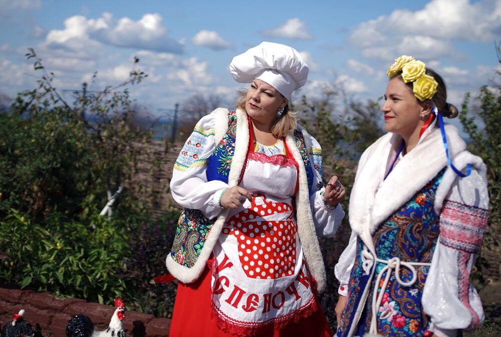 """Uczestnicy festiwalu na terytorium kompleksu etnograficznego """"Ataman"""" w Kraju Krasnodarskim"""