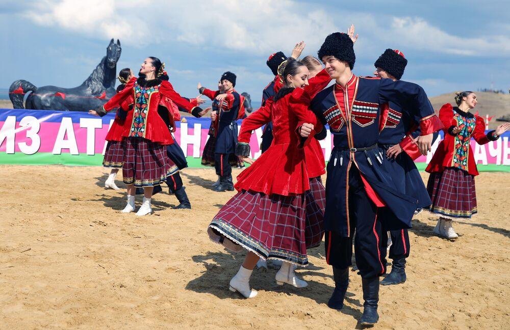 """Uczestnicy przedstawienia teatralnego na terytorium kompleksu etnograficznego """"Ataman"""" w Kraju Krasnodarskim"""