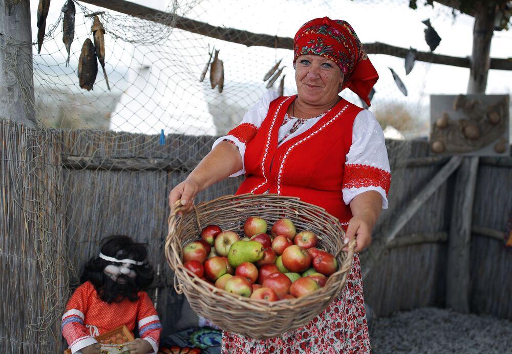 """Uczestniczka festiwalu na terytorium kompleksu etnograficznego """"Ataman"""" w Kraju Krasnodarskim"""