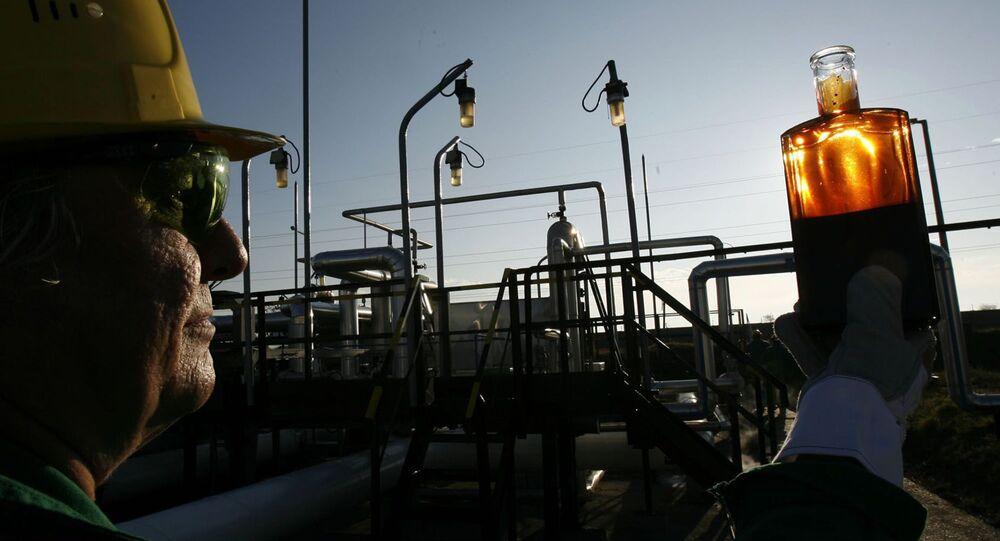 """Pracownik przeprowadza kontrolę na stacji odbiorczej gazociągu """"Przyjaźń"""""""