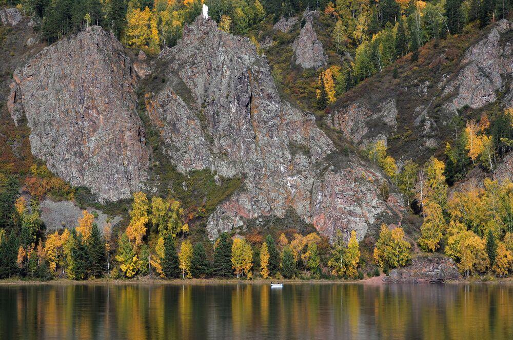 Jesienny las na brzegu rzeki Jenisej w pobliżu Diwnogorska