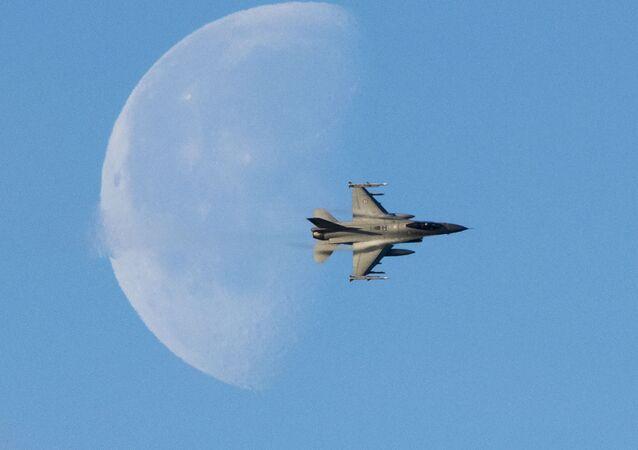 F-16 na tle nieba