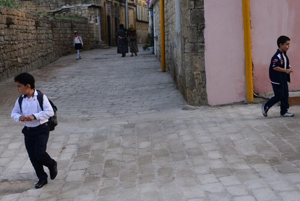 Mieszkańcy miasta Derbent na jednej z ulic