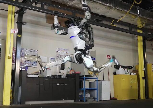 Humanoidalny robot Atlas podskakuje, robi przewrót i staje na rękach