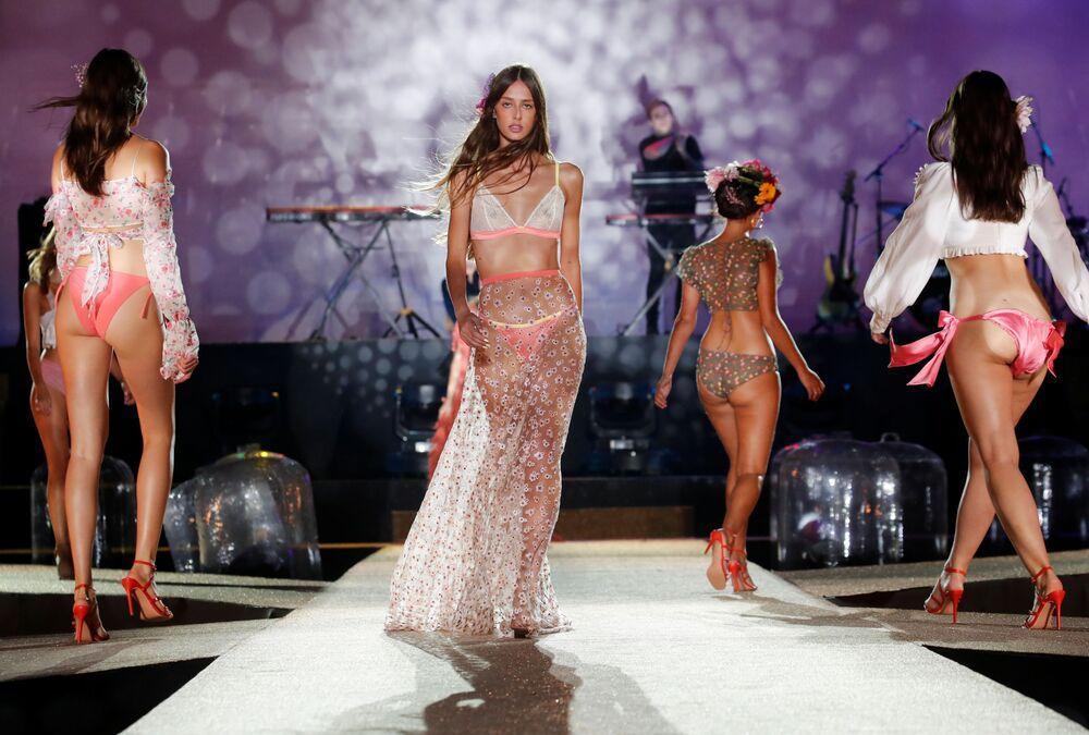 Modelki podczas pokazu Etam Live Show Lingerie w Paryżu