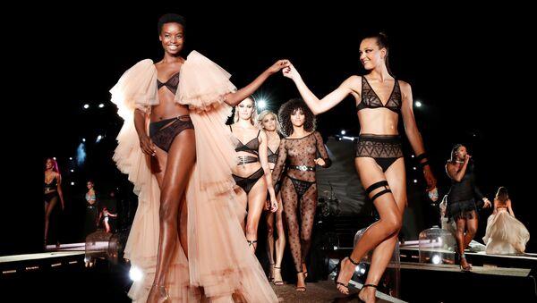 Modelki podczas pokazu Etam Live Show Lingerie w Paryżu - Sputnik Polska