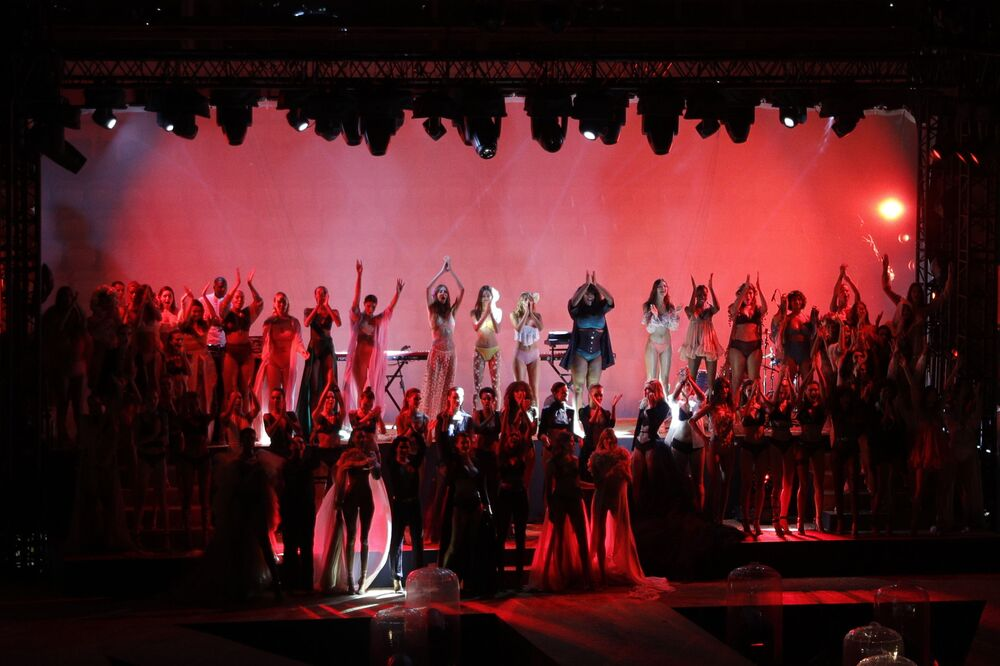 Modelki podczas show na pokazie mody Etam w Paryżu