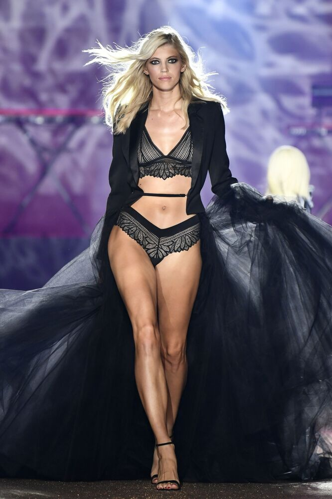 Modelka podczas pokazu Etam Live Show Lingerie w Paryżu