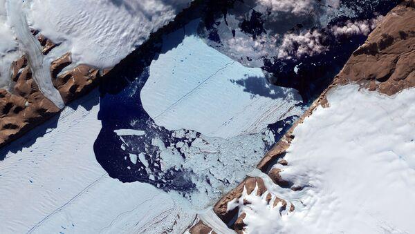 Ogromna lodowa wyspa uwalnia się od lodowca Peterman w północno-zachodniej Grenlandii - Sputnik Polska