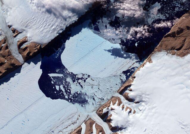 Ogromna lodowa wyspa uwalnia się od lodowca Peterman w północno-zachodniej Grenlandii