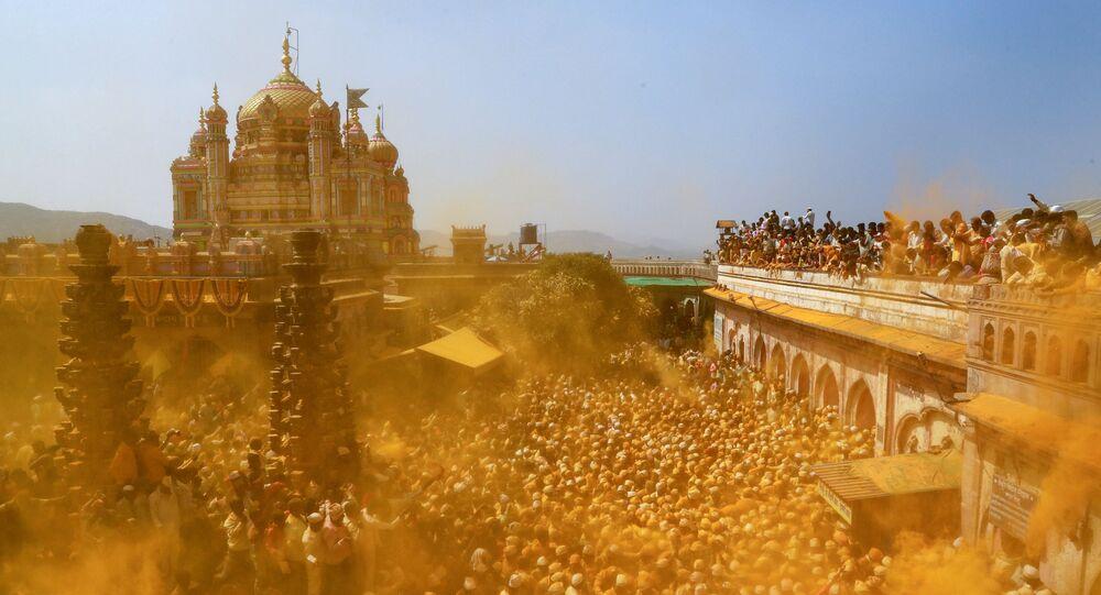Święto w Indiach, wierzący rozrzucają kurkumę w ofierze bogom