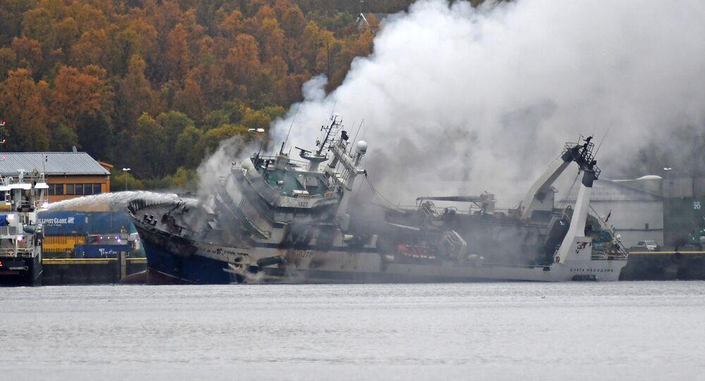 """Płonący rosyjski trawler rybacki """"Buchta Najezdnik"""" w porcie w Tromsø w Norwegii"""