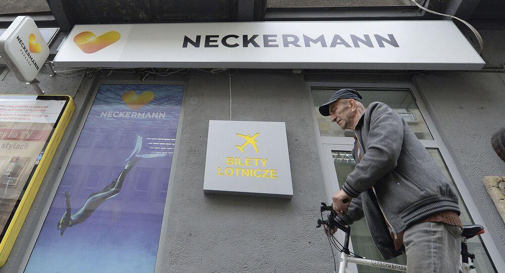 Mężczyzna przy budynku biura turystycznego Neckermann Polska
