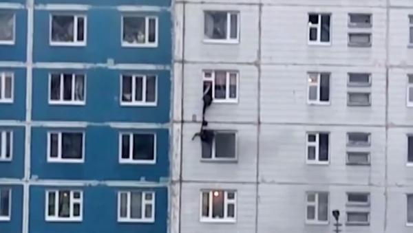 Uratował dziewczynę z pożaru - Sputnik Polska