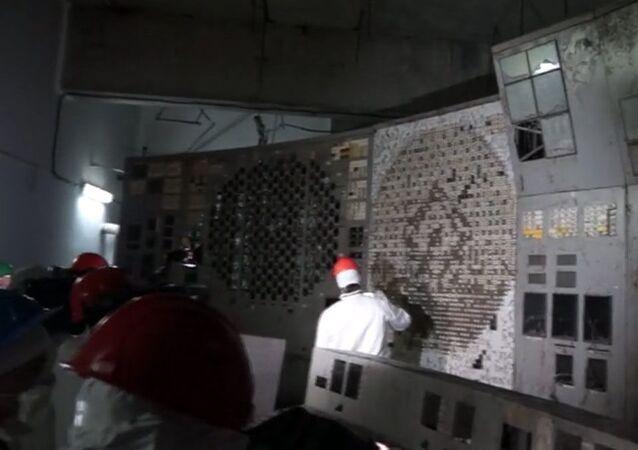Do zniszczonego wybuchem czwartego bloku energetycznego Czarnobylskiej Elektrownii Atomowej wpuszczono dziennikarzy