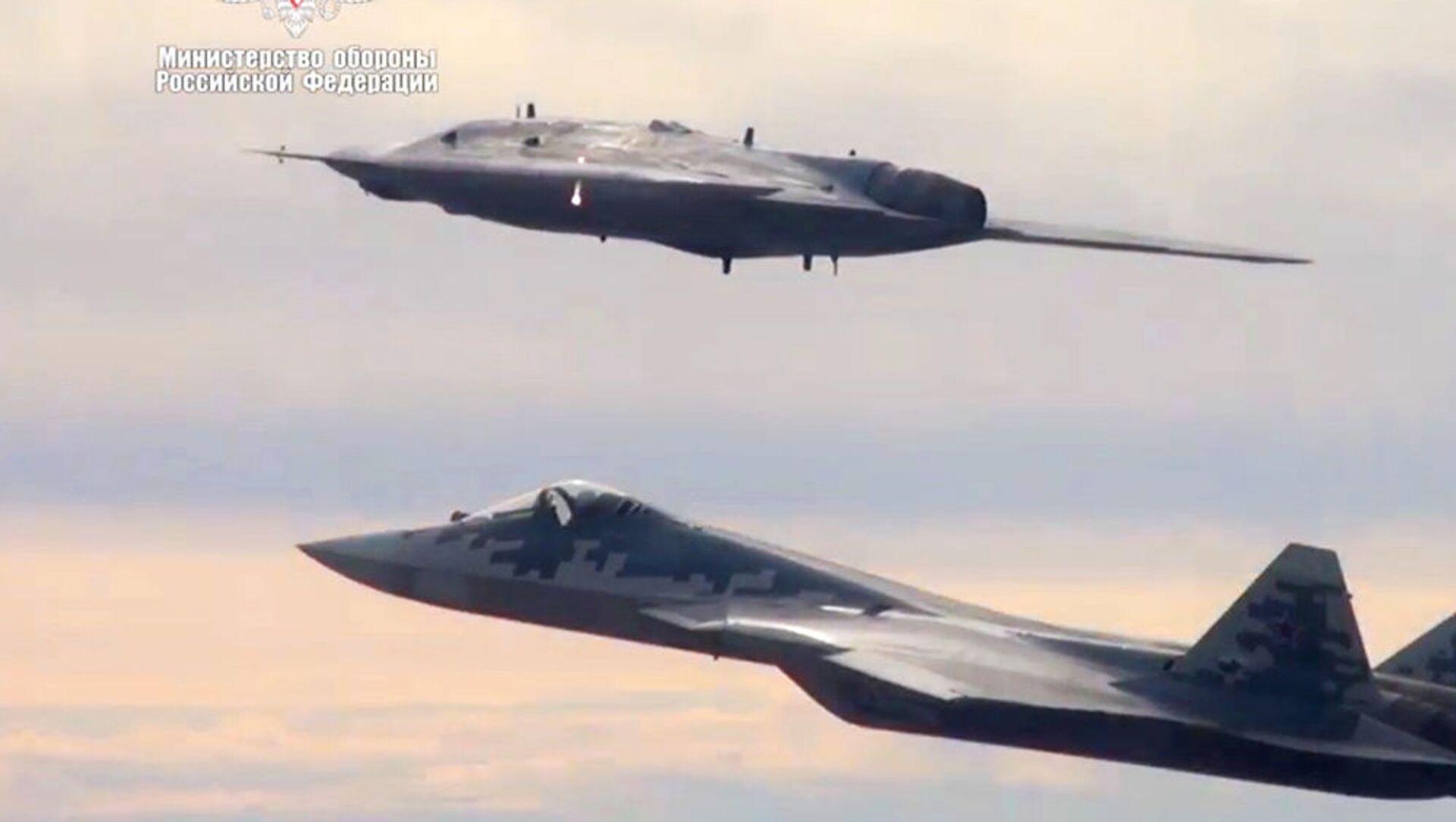 """Dron szturmowy """"Ochotnik"""" wykonuje pierwszy wspólny lot z Su-57 - Sputnik Polska, 1920, 04.06.2021"""