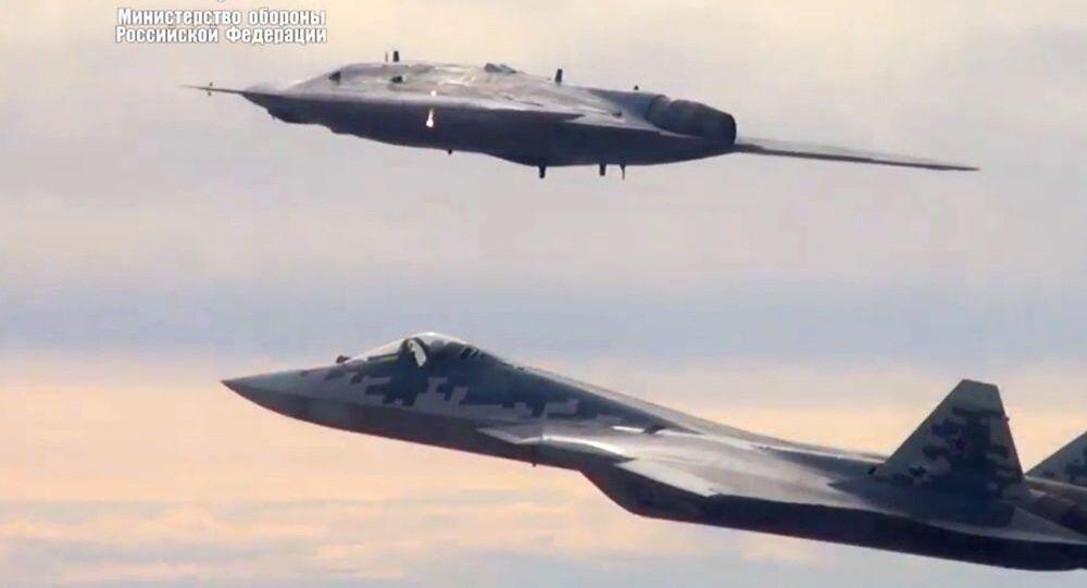 """Dron szturmowy """"Ochotnik"""" wykonuje pierwszy wspólny lot z Su-57"""