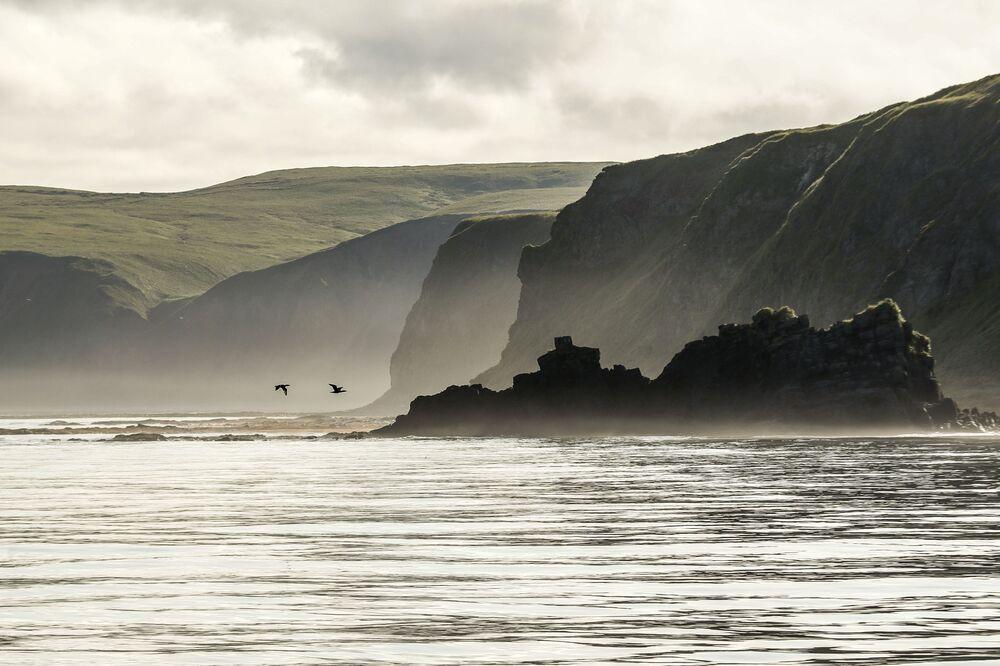 Skała Jerszyk i półwysep Van der Lind wyspy Urup (wyspa południowej grupy Wielkiej Grzbietu Wysp Kurylskich).