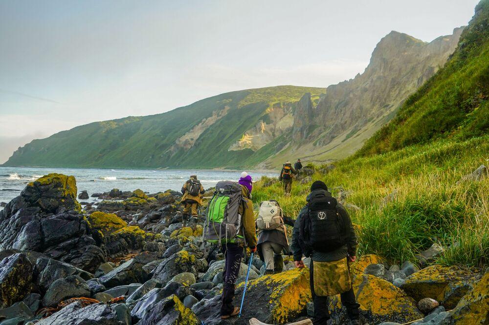 Członkowie wyprawy wędrują brzegiem zatoki Tetiajewa na wyspie Urup (wyspa południowej grupy Wielkiego Grzbietu Wysp Kurylskich).