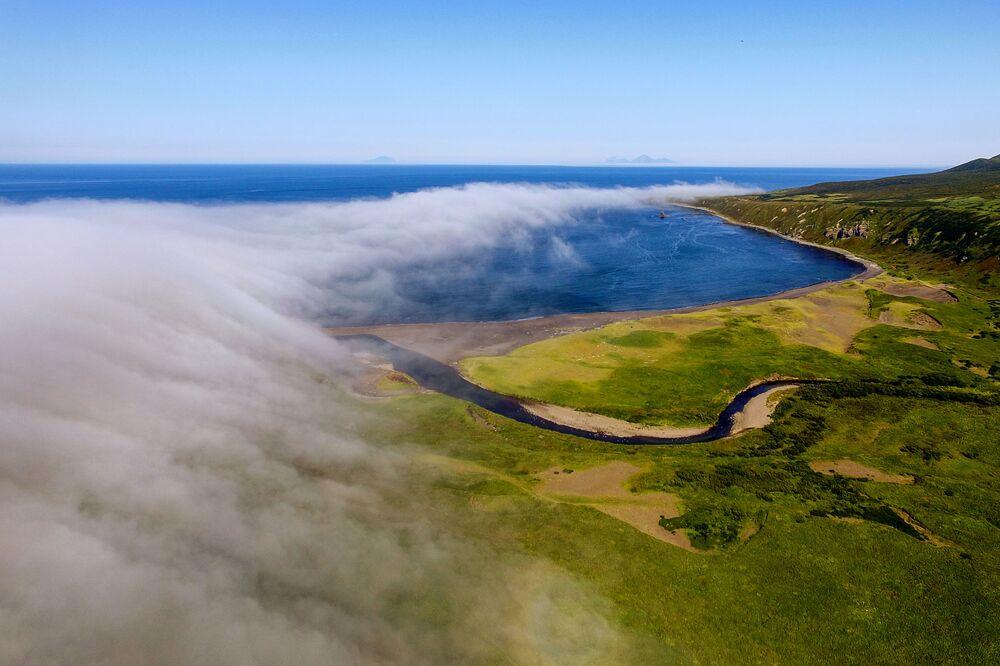 Zatoka Nowokurylska na wyspie Urup (wyspa południowej grupy Wielkiego Grzbietu Wysp Kurylskich).