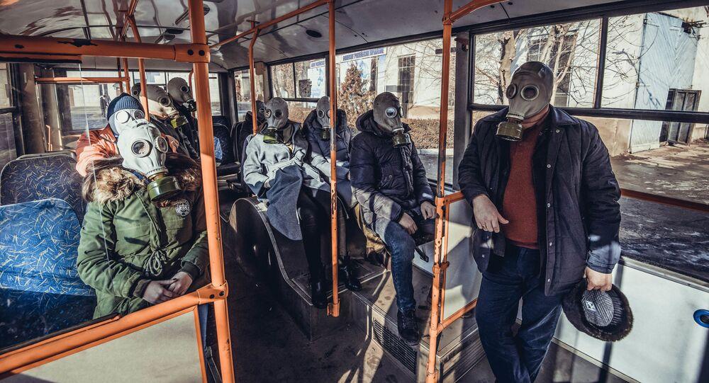 Ludzie w maskach przeciwgazowych