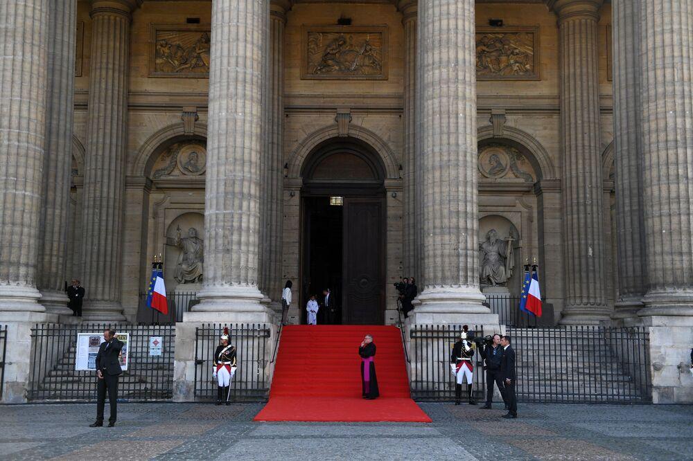 Przed rozpoczęciem ceremonii pogrzebowej pożegnania z byłym prezydentem Francji Jacques'em Chirakiem w kościele Saint-Sulpice