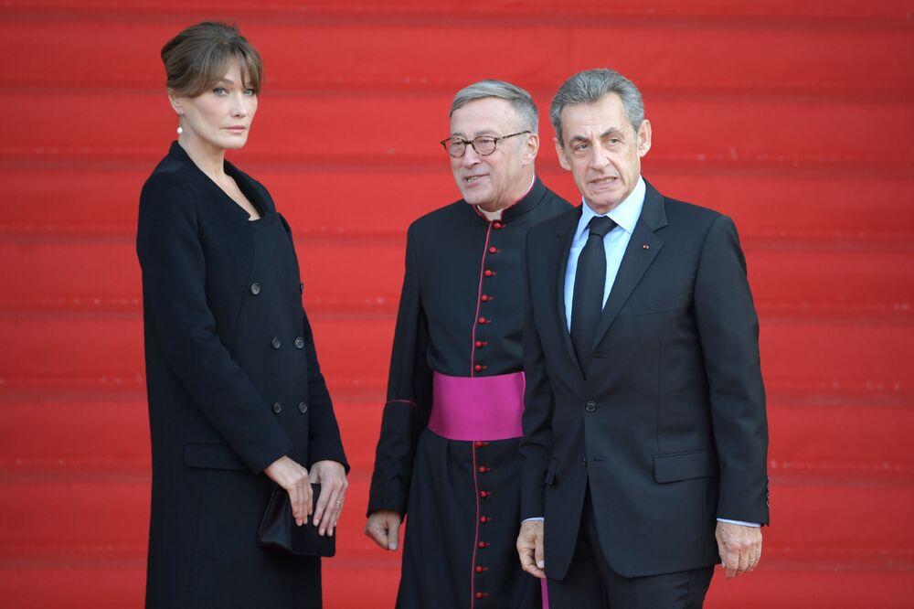 Były prezydent Francji Nicolas Sarkozy z żoną na ceremonii pogrzebowej Jacquesa Chiraca