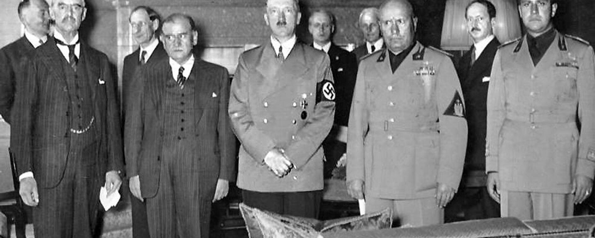 Neville Chamberlain, Édouard Daladier, Adolf Hitler i Benito Mussolini – sygnatariusze układu monachijskiego - Sputnik Polska, 1920, 02.10.2019