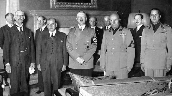 Neville Chamberlain, Édouard Daladier, Adolf Hitler i Benito Mussolini – sygnatariusze układu monachijskiego - Sputnik Polska