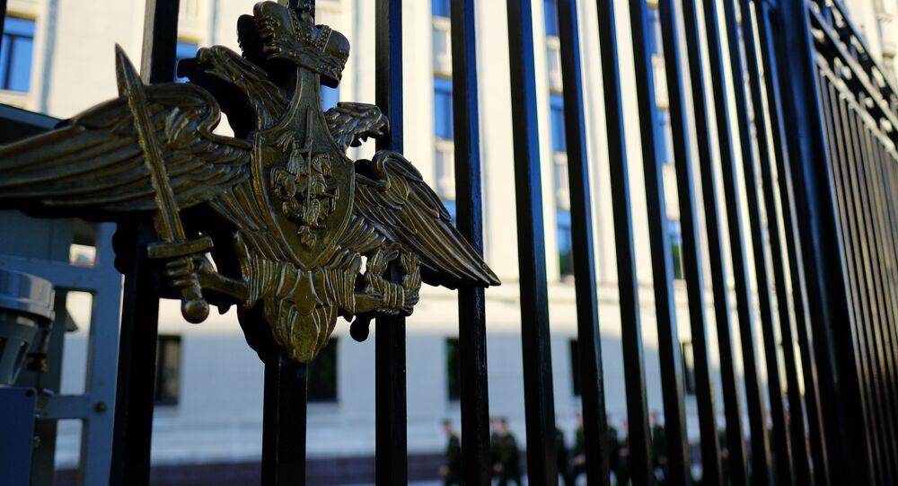 Herb na ogrodzeniu wokół gmachu Ministerstwo Obrony Rosji w Moskwie