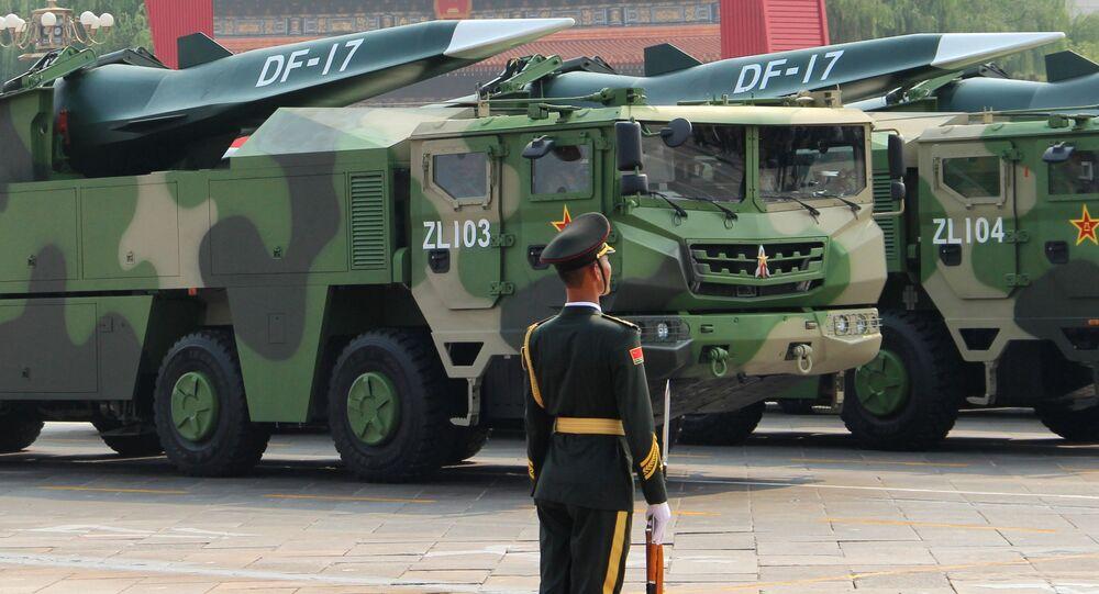 Rakiety balistyczne średniego zasięgu DF-17 na defiladzie w Chinach