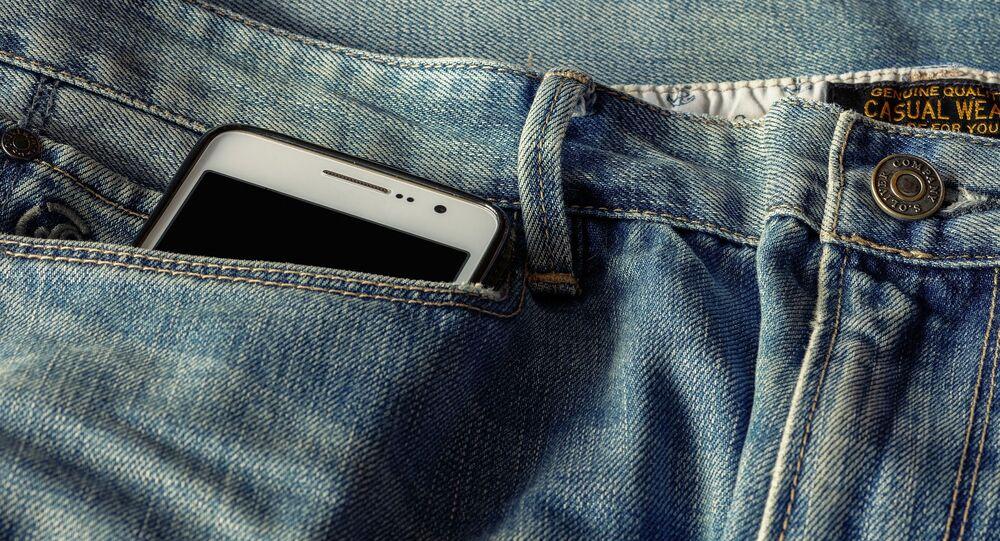 iPhone w kieszeni dżinsów